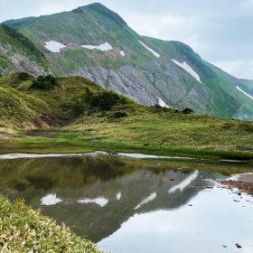 別山平から御手洗池、別山を望む