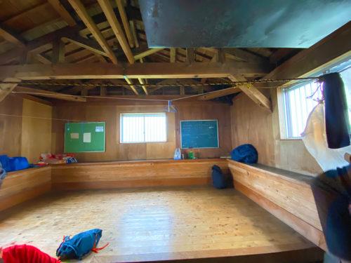 避難小屋内、3方向に窓があり室内はとても明るい。トイレに電気あり(ソーラー)