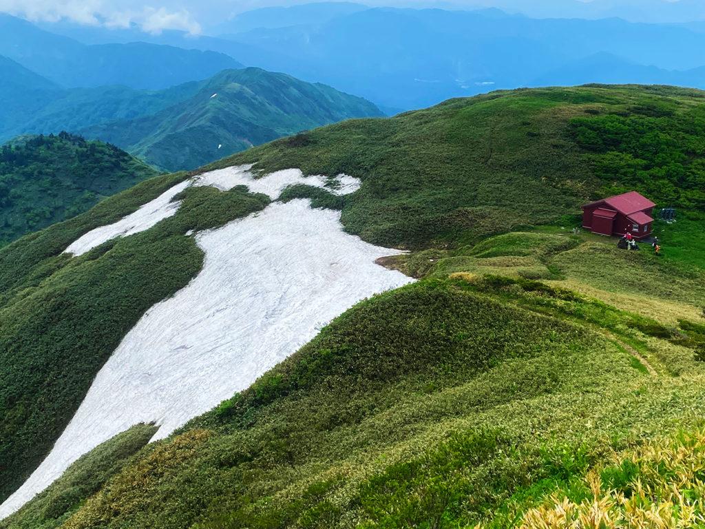 三ノ峰避難小屋と雪渓